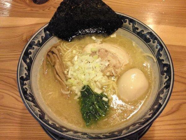 「熟成豚骨醤油らーめん +味付き玉子」@龍神麺の写真