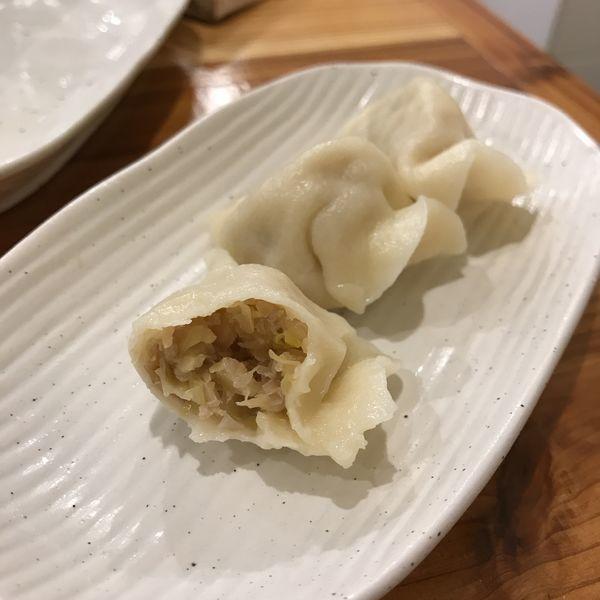 「酸菜猪肉(発酵白菜水餃子)」@老酒舗の写真