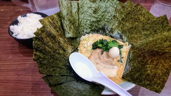 「豚骨味噌ラーメン(麺硬め)+海苔SP+ライス(サービス)」@横浜家系らーめん 魂心家 藤沢店の写真