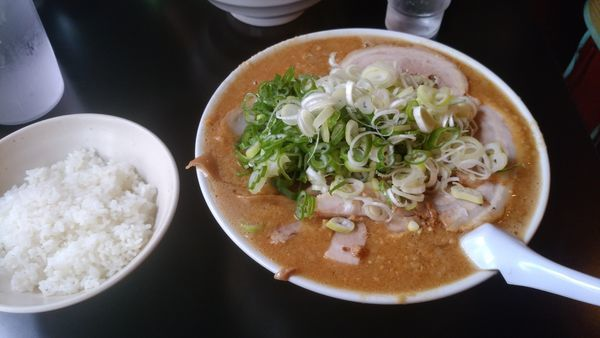 「みそチャーシュー麺ギタギタ大盛り薬味多め麺硬め」@こってりラーメン さるたけの写真