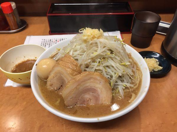 「ら〜めん(醤油)全マシ+味玉、豚一枚」@らーめんコジマルの写真