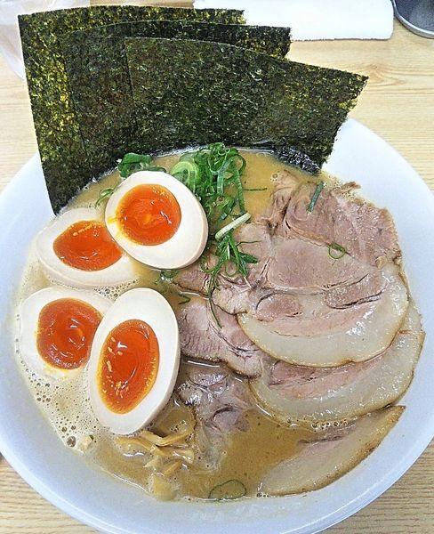 「特製濃厚鶏白湯ラーメン 900円+ランチ味玉サービス」@鶏麺亭の写真