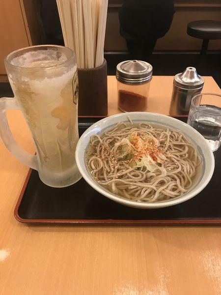 「かけそば(関西出汁) ハイボール 560円」@かのや 新宿西口店の写真