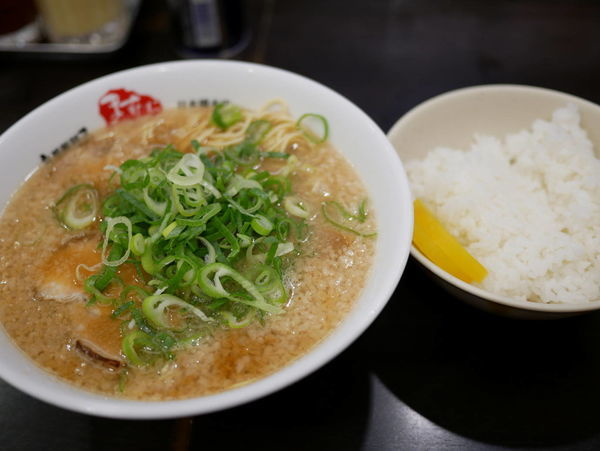 「ラーメン 麺30秒硬め+脂多め+ライス普通」@京都銀閣寺 ますたにラーメン 日本橋本店の写真
