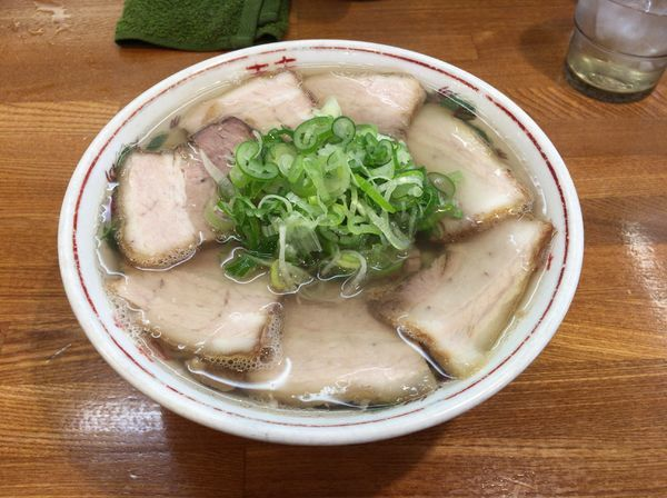 「塩チャーシューメン(麺硬め、ネギ多め)950円」@ラーメンうめ八の写真