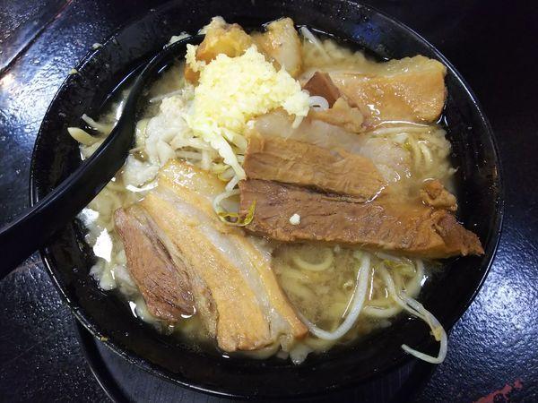 「ラーメン(並・醤油)ニンニクアブラ 700円」@自家製太麺 ドカ盛 マッチョ 三ノ宮店の写真