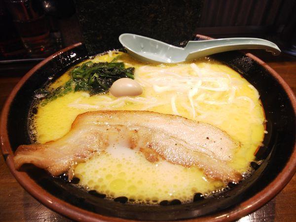 「塩らーめん、麺硬め780円+21以降サービス、大盛り」@横濱家系 たくみ家 加須店の写真