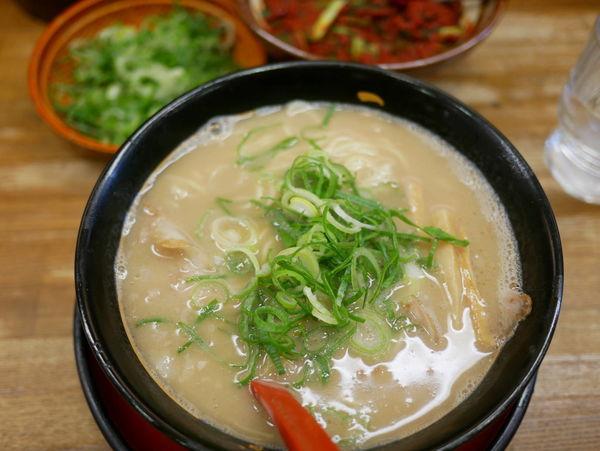 「特製ラーメン 麺硬め+ネギ増し+名物チャーハン」@うま屋ラーメン 錦店の写真