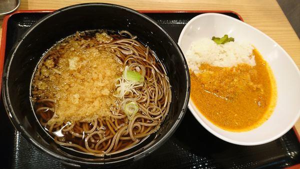 「朝定食C たぬきそば&インドカレー」@よもだそば 名古屋うまいもん通り広小路口店の写真