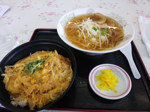 「ラーメン500円&玉子丼400円」@うかいやレストラン 東相生店の写真