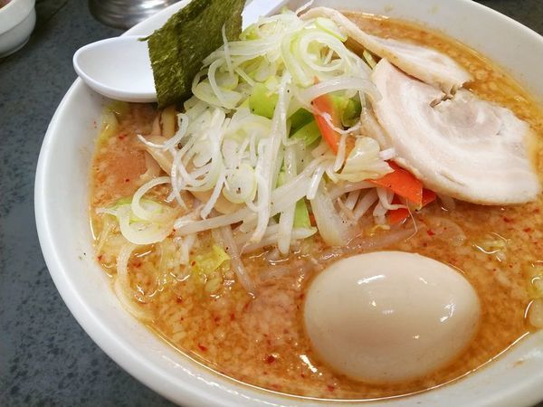 「ハッスルうま辛味噌野菜ラーメン+味玉(固ゆで)」@ハッスルラーメンホンマ 亀戸本店の写真