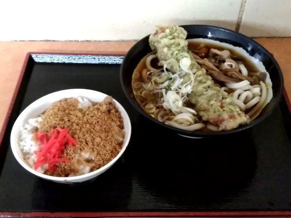 「一石二鳥セット(キノコちくわ天うどん+そぼろご飯)520円」@そば・うどん 八起家 西口店の写真
