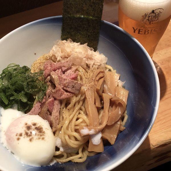 「黒さつま鶏のちー油まぜそば+エビスビール」@麺や渦雷UZURAIの写真