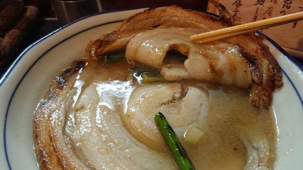 「限定 落し蓋ラーメン 950円」@烈志笑魚油 麺香房 三くの写真
