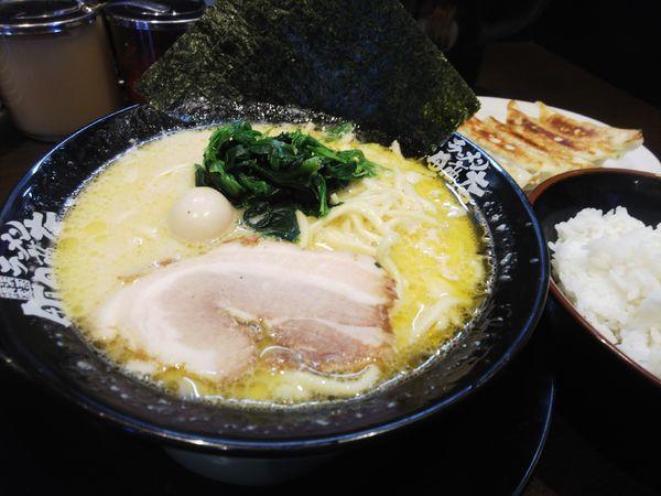 「ラーメン(塩)680円+肉汁餃子350円+クーポンライス無料」@町田商店 入間店の写真