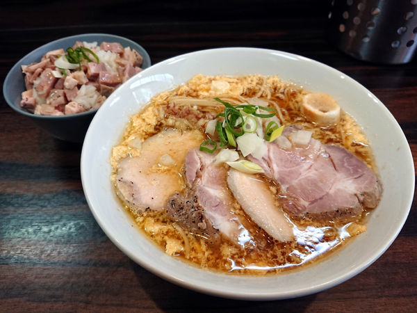 「鯵煮干し中華そば春+肉ご飯」@中華そば 梟の写真