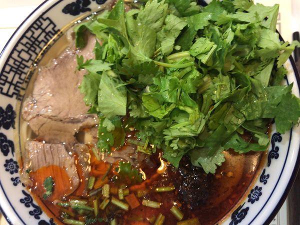 「蘭州牛肉麺(小)680円(パクチー多め無料)」@薩斐蘭州牛肉麺 池袋店の写真