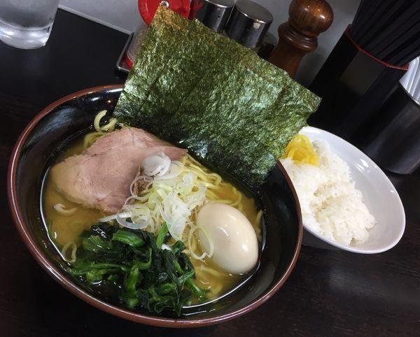 「ラーメン(麺硬め油多め)+味付玉子+ライス」@雷家の写真