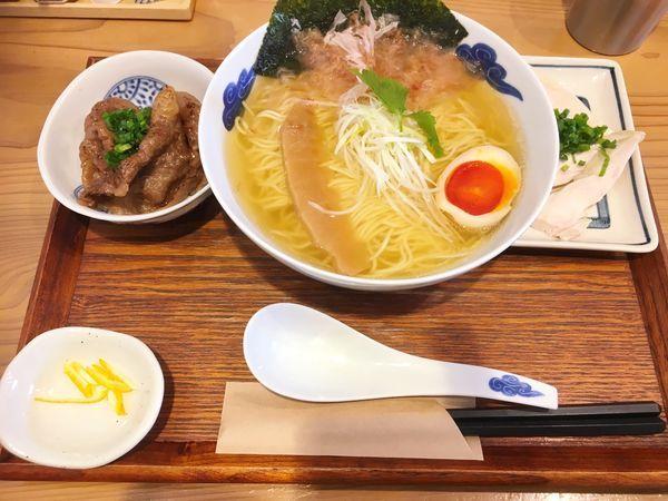 「炙り和牛の追い鰹そば(白醤油)+昆布〆鶏ちゃーしゅー増」@麺屋 猪一 離れの写真