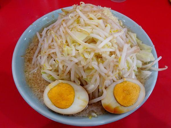 「普通盛(750円)+煮卵(100円)野菜ニンニク」@ラーメン大 名古屋店の写真
