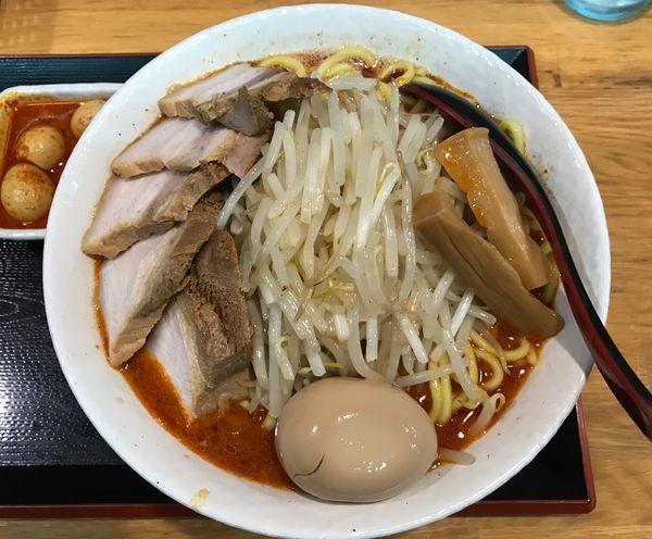 「味玉辛味噌ラーメン+特盛り+チャーシュー+チンピラ玉子」@味噌麺処 花道の写真