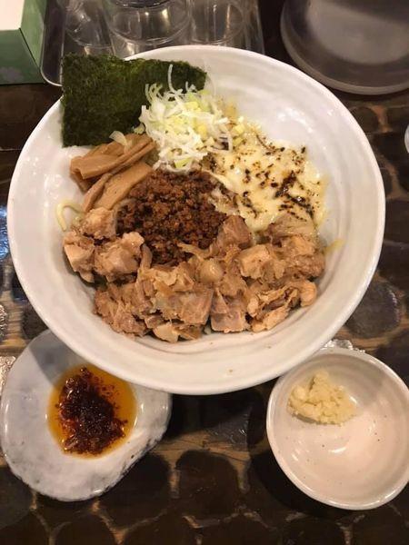 「油そば 肉のせ +チーズ (刻みニンニク・自家製食べるラー油」@油そば 油虎の写真