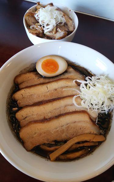 「黒味噌チャーシューらーめん+炙りチャーシュー丼」@らーめん風の写真