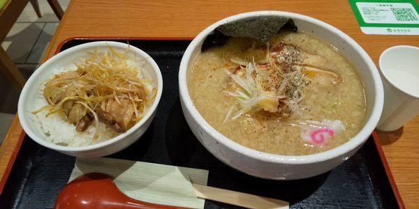 「背脂醤油麺 まかない飯セット」@芳麺の写真