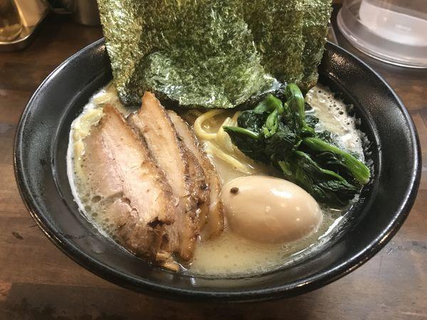 「醤油とんこつ・チャーシュー・味玉」@横浜家系 ぱるぷん亭の写真
