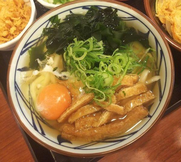 「月見刻みきつね900円」@丸亀製麺 米沢店の写真