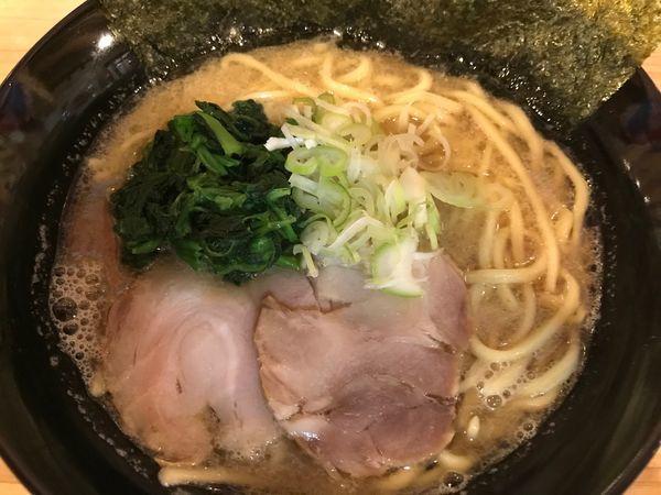 「豚骨醤油らーめん+ライス」@武蔵家 沖縄本店の写真
