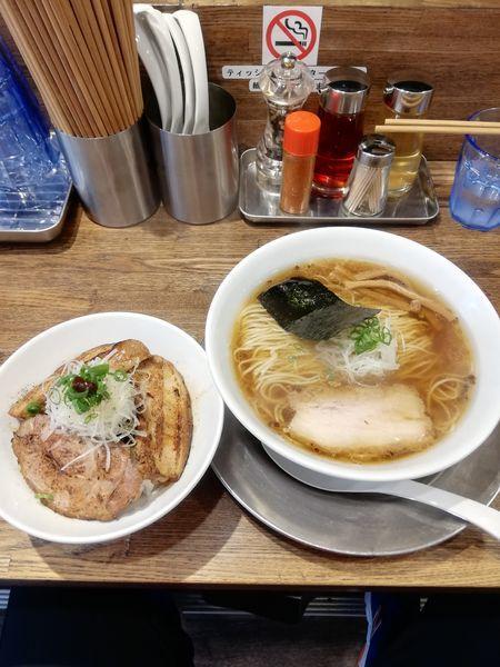 「醤油の旨味ソバ830円 炙りチャーシュー飯400円」@Tomboの写真