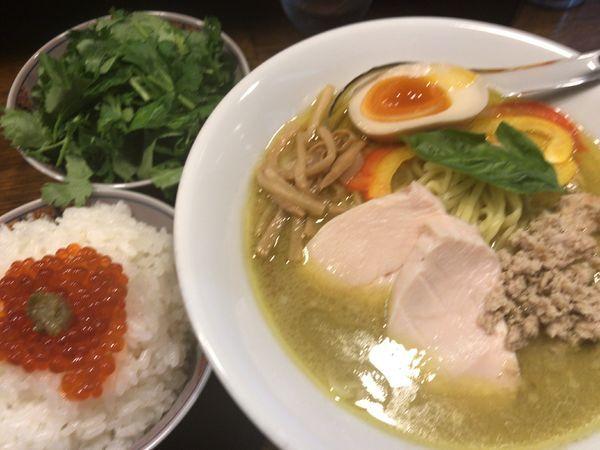 「グリーンカレーらぁ麺750円+パクチー50円×2+いくら丼」@Soupmenの写真