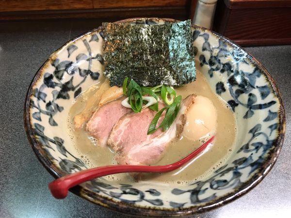「超煮干そば(半熟味付玉子入り)900円」@洛二神の写真