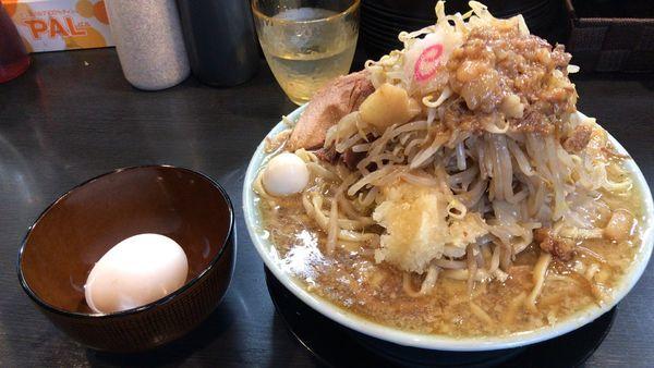 「ラーメン¥850麺少なめ・ちょい野菜・ニンニク+生玉子¥60」@自家製麺 No11の写真