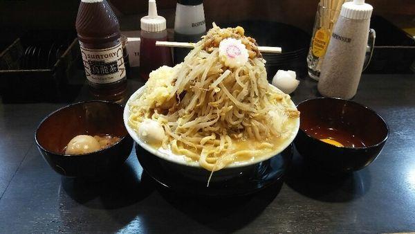 「ラーメン 生卵 とろり味玉 ニンニク少なめちょい野菜脂」@自家製麺 No11の写真