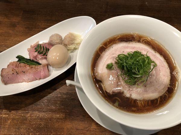 「醤油拉麺+特製トッピング」@創作麺工房 鳴龍の写真