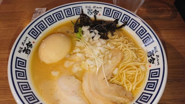「醤油の煮干そば  味玉」@麺道 而今 大阪城テラス店の写真