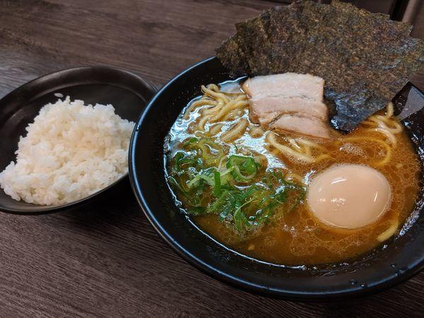 「海苔半熟味玉ラーメン麺硬め味濃い目脂普通¥830 ライス食べ放題」@博多無邪気の写真