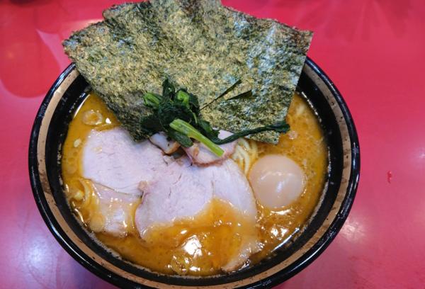 「中盛りチャーシュー麺+味玉」@家系総本山 吉村家の写真