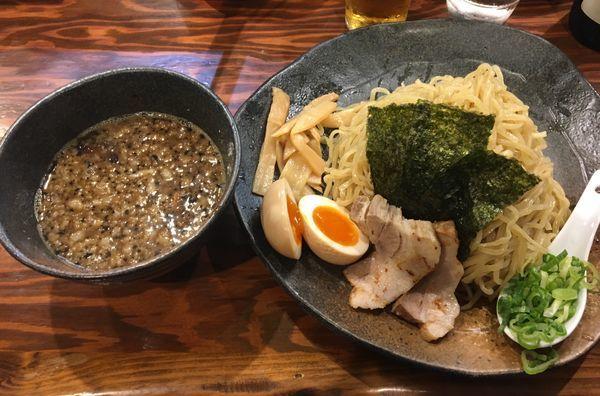 「つけ麺 もつ 大 半熟煮玉子」@龍の家 新宿小滝橋通り店の写真