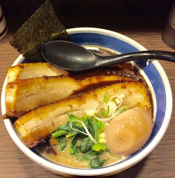 「メガ豚チャーシューメン(黒)+味付玉子」@戯拉戯拉の写真