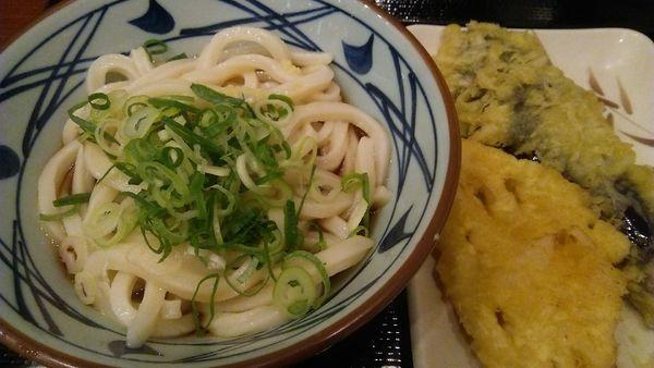 「ぶっかけうどん(冷)並 290円+天ぷら2品 240円」@丸亀製麺 小岩PoPo店の写真