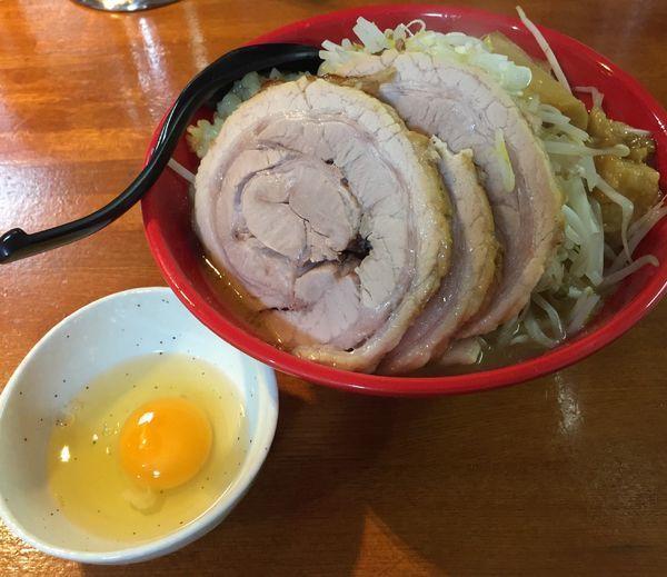 「中ラーメン(野菜マシニンニクアブラネギ)+チャーシュー+生卵」@麺屋 もりのの写真