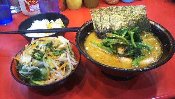 「らーめん(固め・濃め)+ライス+野菜畑」@家系総本山 吉村家の写真