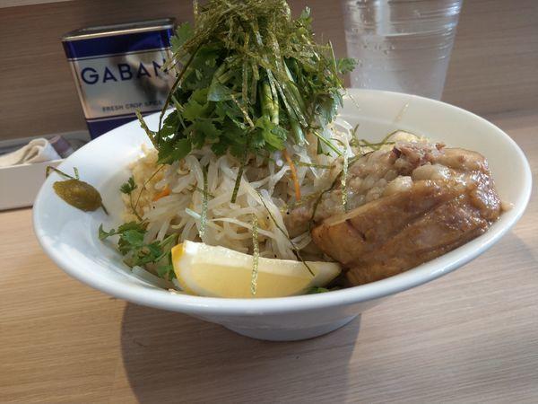 「【限定】ラーメン汁なし(塩・冷やし)+ パクチー」@麺屋 味方の写真