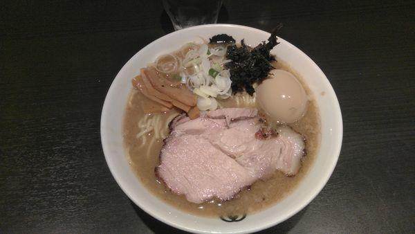 「ラーメン+たまご1000円くらい」@麺屋武蔵 武骨相傳の写真