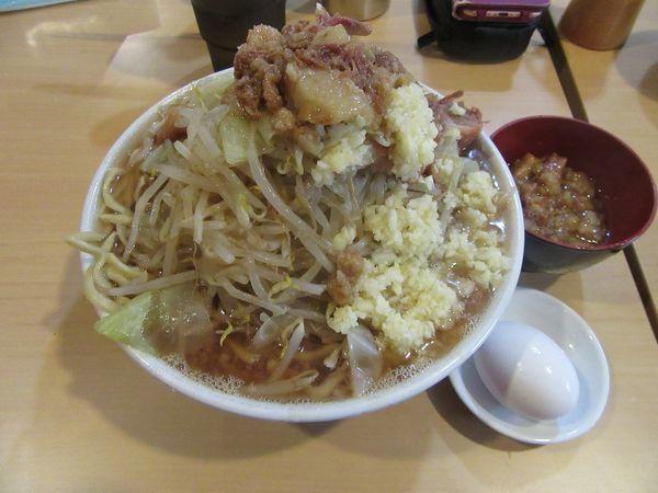 「ラーメン(750円)+麺増し100円+生卵50円」@俺の生きる道の写真