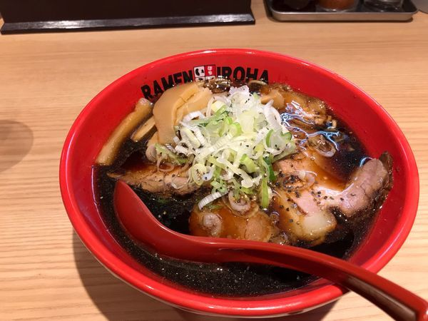 「富山ブラックラーメン肉盛り」@麺家 いろは 富山空港店の写真