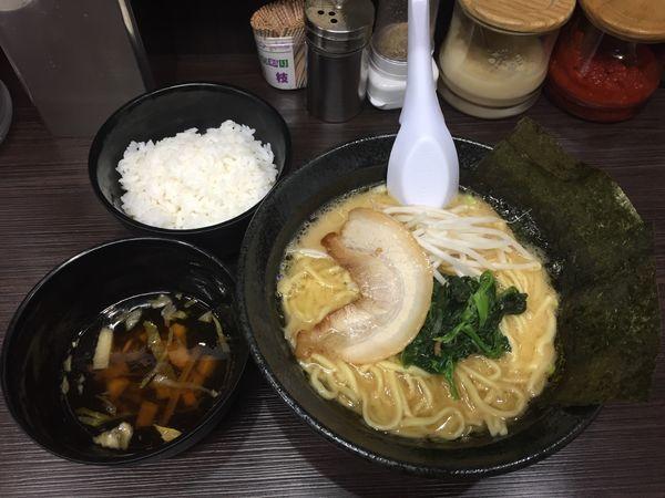 「ラーメン(醤油)+サービスライス & スープ」@横浜家系ラーメン 上昇気流の写真